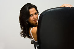 Latina que se sienta en silla fotos de archivo libres de regalías
