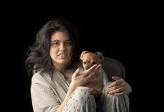 Latina som är tonårig med hunden Royaltyfri Foto
