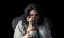 Latina som är tonårig med hunden Arkivfoton