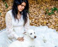 Latina tjaller den tonåriga yttersidan med den älsklings- hunden och Royaltyfria Foton