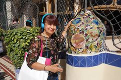 Latina-Tourist im Hof an der Casa Batllo lizenzfreie stockbilder