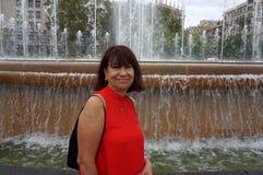 Latina turysta przy Wodną fontanną zdjęcia stock