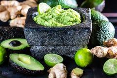 Latinamerican meksykański guacamole z avocado imbirem, wapno w kamiennym moździerzu Zdjęcie Stock