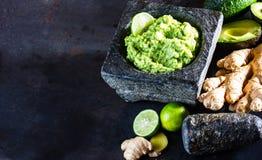 Latinamerican meksykański guacamole z avocado imbirem, wapno w kamiennym moździerzu Fotografia Royalty Free