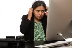 Latinamerikansk affärskvinna Puts On Headset royaltyfri fotografi