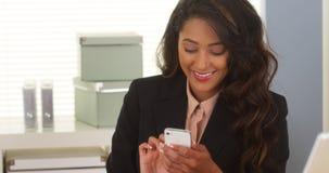 Latinamerikansk affärskvinna som använder smartphonen Arkivfoton