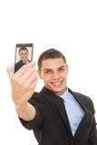 Latinamerikansk affärsman i dräkten som tar en selfie royaltyfri foto