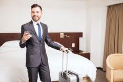 Latinamerikansk affärsman i ett hotell Arkivfoto