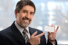 Latinamerikansk affärsman Pointing till affärskortet royaltyfria bilder