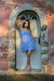 Latinamerikansk brunettmodell Enjoying en Sunny Day royaltyfri bild