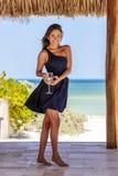Latinamerikansk brunettmodell Enjoying en Sunny Day royaltyfria bilder