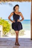 Latinamerikansk brunettmodell Enjoying en Sunny Day fotografering för bildbyråer