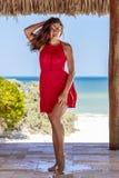 Latinamerikansk brunettmodell Enjoying en Sunny Day arkivfoto