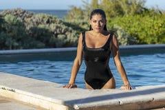 Latinamerikansk brunettmodell Enjoying en Sunny Day arkivfoton