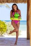 Latinamerikansk brunettmodell Enjoying en Sunny Day arkivbilder
