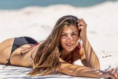 Latinamerikansk brunettmodell Enjoying en Sunny Day At The Beach royaltyfria foton