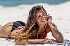Latinamerikansk brunettmodell Enjoying en Sunny Day At The Beach royaltyfri bild