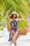 Latinamerikansk brunettmodell Enjoying för sexig damunderkläder en Sunny Day arkivbild