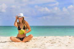 Latinamerikansk brunettmodell Enjoying om dagen på stranden royaltyfri bild