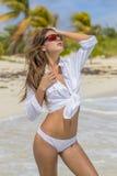 Latinamerikansk brunettmodell Enjoying om dagen på stranden royaltyfria foton