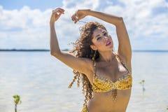 Latinamerikansk brunettmodell Enjoying om sommardagen på stranden royaltyfri bild