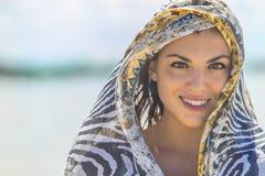 Latinamerikansk brunettmodell Enjoying om sommardagen på stranden arkivfoto