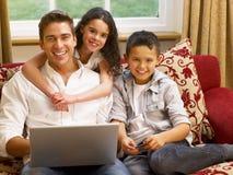Latinamerikansk fader och barn som online shoppar royaltyfria bilder