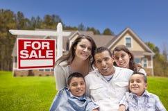 Latinamerikansk familj, nytt hem och till salu Real Estate tecken royaltyfri foto