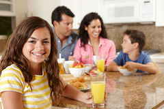 Latinamerikansk familj som äter frukosten fotografering för bildbyråer