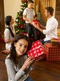 Latinamerikansk familj som utbyter gåvor på jul Arkivbild