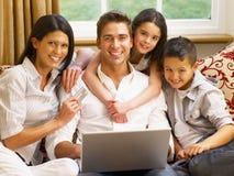 Latinamerikansk familjshopping online Arkivbilder