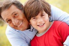Latinamerikansk farfar och sonson Arkivfoto