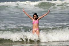 Latinamerikansk flicka som har gyckel på stranden Royaltyfria Foton