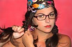 Latinamerikansk flicka som kammar hon själv Royaltyfria Foton
