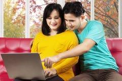 Latinamerikansk gravid kvinna och hennes make Royaltyfria Foton