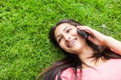 Latinamerikansk högskolestudent på telefonen Arkivfoton