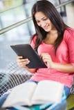 Latinamerikansk högskolestudent som använder tabletPCEN royaltyfria foton