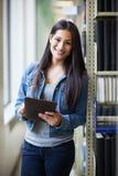 Latinamerikansk högskolestudent som använder tabletPCEN arkivfoto