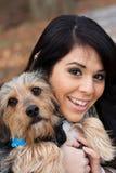 Latinamerikansk kvinna med hunden Arkivfoton