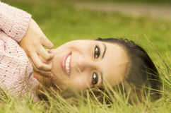 Latinamerikansk kvinnlig brunettmodell för Headshot med huvudet Fotografering för Bildbyråer