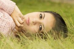 Latinamerikansk kvinnlig brunettmodell för Headshot med huvudet Arkivbilder