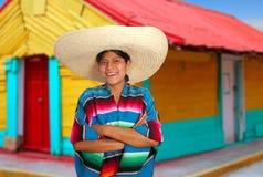 latinamerikansk latinsk mexikansk ponchosombrerokvinna Arkivfoto