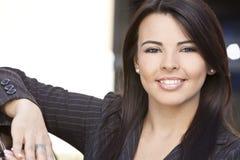 latinamerikansk le kvinna för härlig affärskvinna Arkivfoton