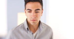 Latinamerikansk man som ner ser Royaltyfri Foto