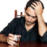 Latinamerikansk man som rymmer en alkoholdryck och lider en huvudvärk arkivfoton
