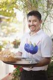 Latinamerikansk manlig server på restaurangen Arkivbilder
