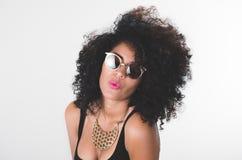 Latinamerikansk modell för Headshot som bär den svarta klänningen Arkivbild
