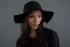 Latinamerikansk modemodell som poserar på studion tät stående upp Royaltyfri Bild