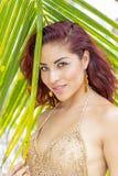 Latinamerikansk rödhårig manmodell Enjoying för sexig damunderkläder en Sunny Day royaltyfri foto