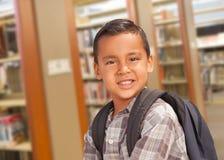 Latinamerikansk student Boy med ryggsäcken i arkivet Royaltyfria Foton